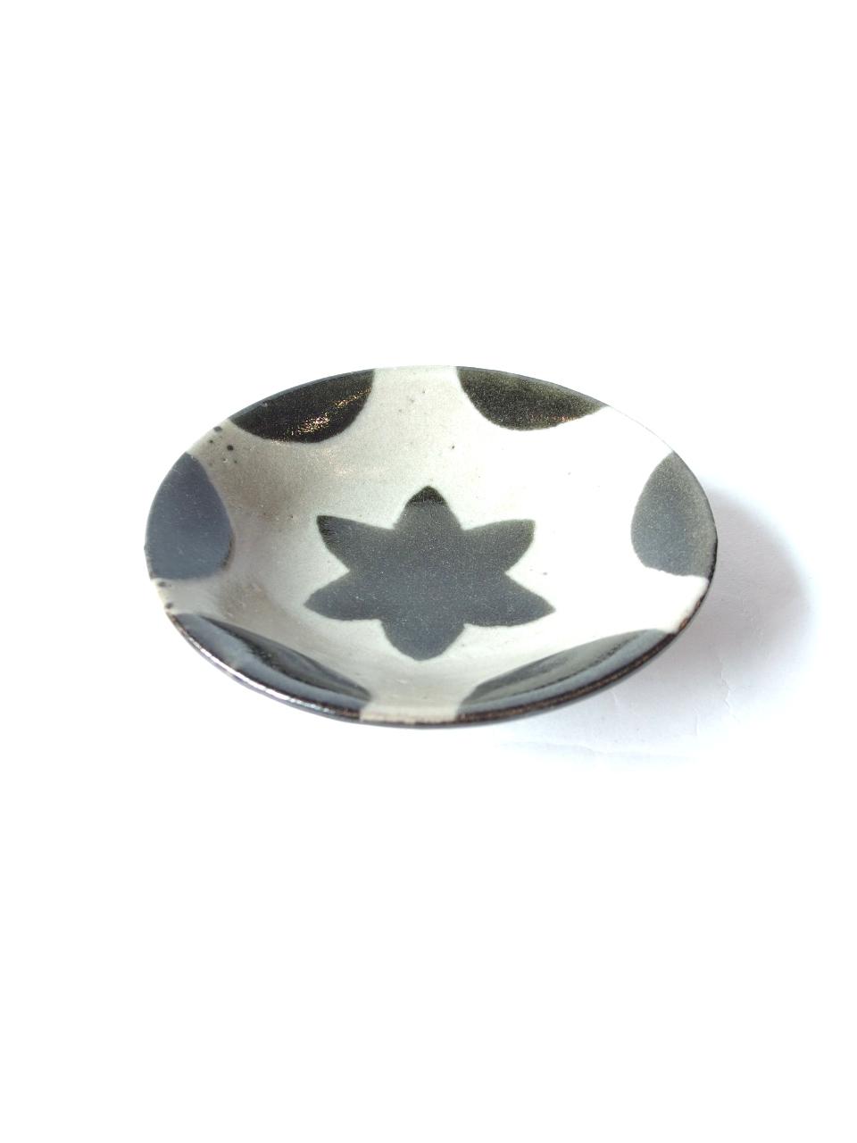 画像1: 山根窯 黒釉紋小皿 (1)